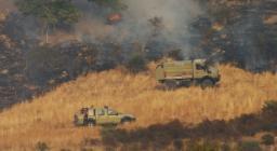 personale di terra impegnato in spegnimento di un incendio