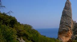 Il monumento compare imponente all'arrivo a cala Goloritzè