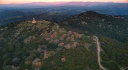 drone su Modighina panoramica (foto da Visit Asuni)