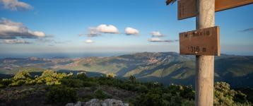 Panorama del territorio dalla cima di Monte Maxia (lungo il sentiero 210, foto M.Cara)
