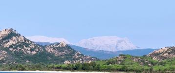Montalbo, massiccio bianco ripreso dalla spiaggia di Berchida (foto G.Melis)